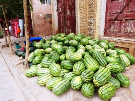 カシュガル老街の道脇に置かれたスイカ