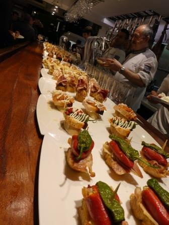 サンセバスチャンのバルカウンターに並ぶピンチョス
