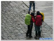 巡礼者たち、サンティアゴ・デ・コンポステラ大聖堂を前に