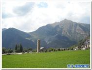 スペイン、タウール世界遺産のロマネスク教会とピレネーの山