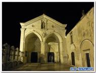 イタリア、モンテ・サンタンジェロのサン・ミケーレ・アルカンジェロ教会の入口