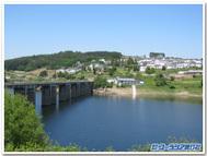 北スペインのポルトマリン村。手前がベルサール湖