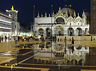 イタリア、ヴェネツィア、サンマルコ広場の夜