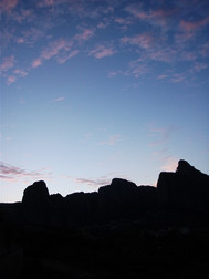 ギリシャ、カランバカのメテオラホテルより望む、メテオラの夜明け